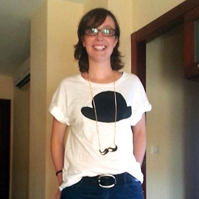 María con camiseta bombín