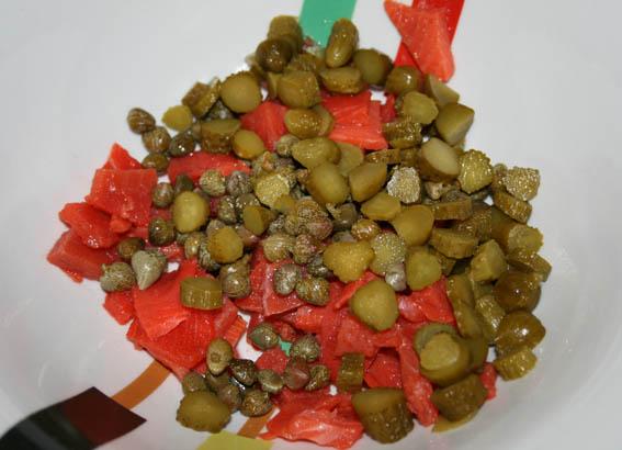 ensalada de salmón, pepinillos y alcaparras 18