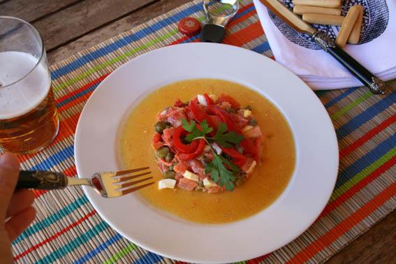 ensalada de salmón, pepinillos y alcaparras 6