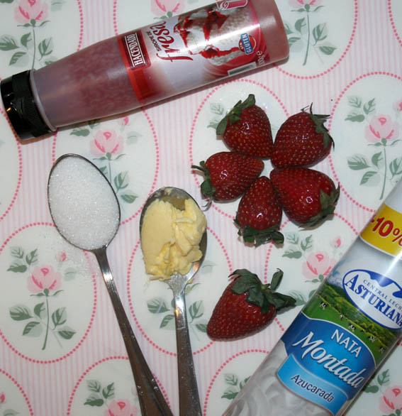 Fresas caramelizadas con nata y sirope  2566d480ecc