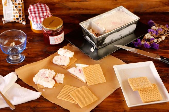 Helado de yogur y mermelada de fresa 13