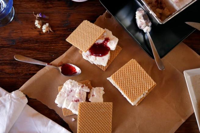 Helado de yogur y mermelada de fresa 24
