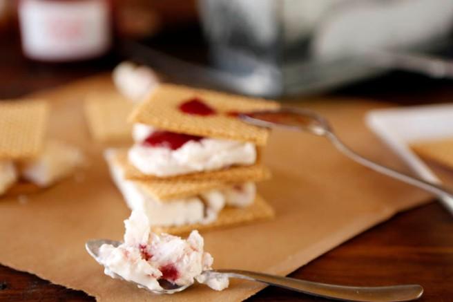 Helado de yogur y mermelada de fresa 33
