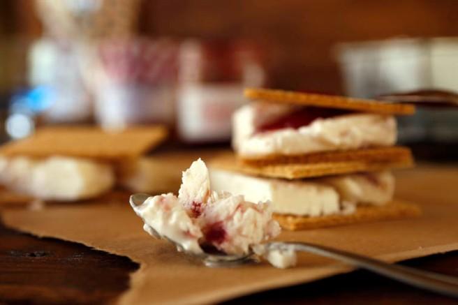 Helado de yogur y mermelada de fresa 36