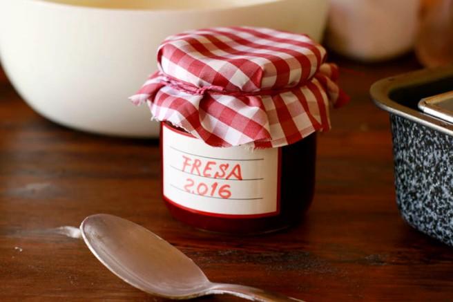 Helado de yogur y mermelada de fresa 6